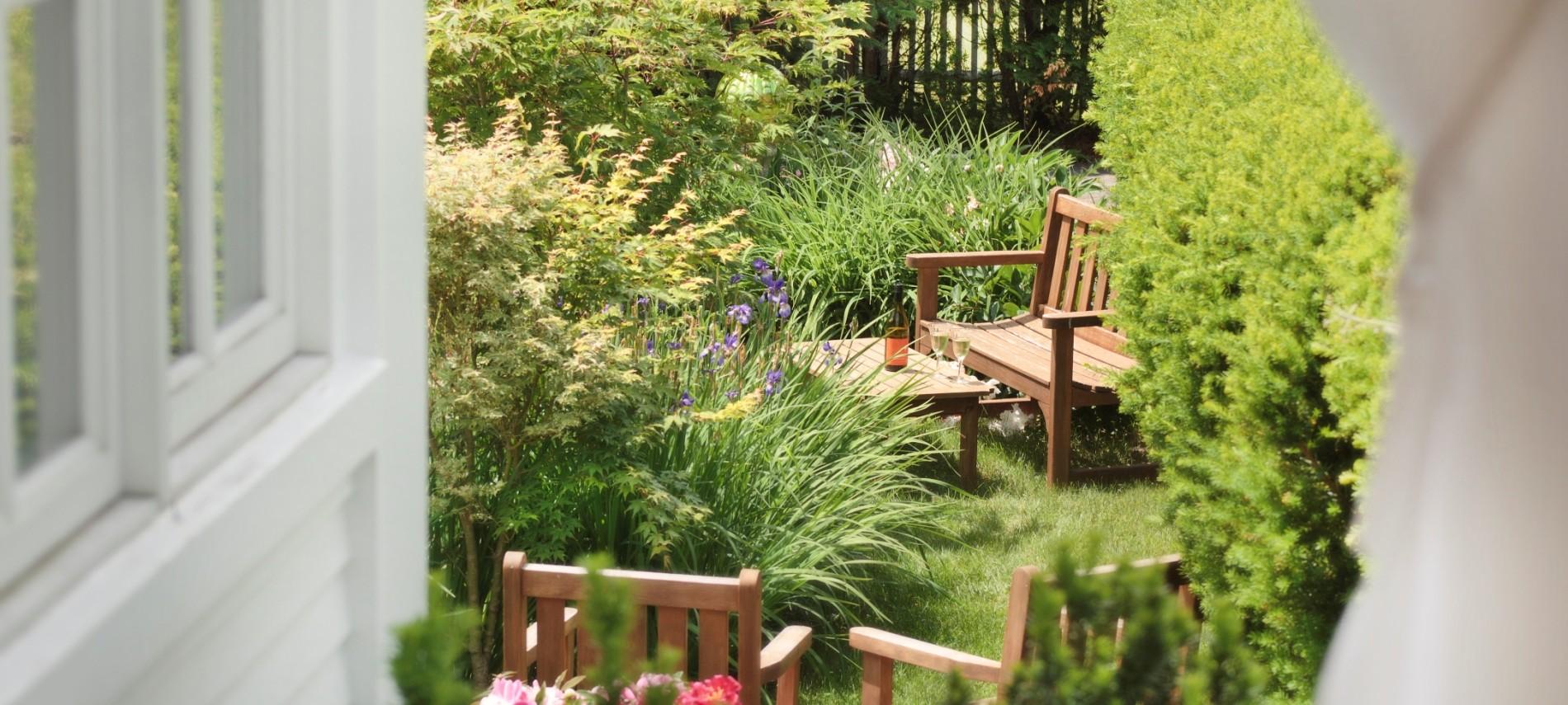 Captain Jefferds Inn summer gardens