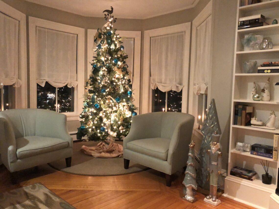 Holiday living room - Inn at English Meadows